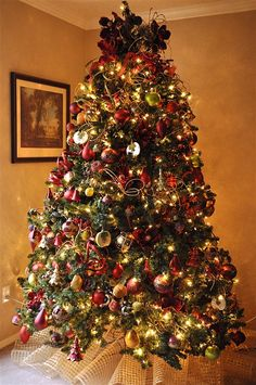 How to decorate a Christmas Tree... Good tips like using green pipe cleaners to hang the ornaments