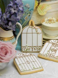 Bird cage cookies, The bird cage is equally a home for your birds and a decorative tool. You can choose anything you want among the bird cage versions and get much more specific images. Bird Cookies, Cute Cookies, Cupcake Cookies, Sugar Cookies, Cookie Favors, Chocolate Cookies, Favours, Uk Wedding Cakes, Wedding Cookies