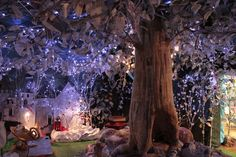 What an awesome play room idea! Papier Mache Tree-- I love the lights What an awesome play room id Enchanted Forest Bedroom, Fairytale Bedroom, Fairy Bedroom, Jungle Bedroom, Kids Bedroom, Wood Bedroom, Fantasy Rooms, Fantasy Bedroom, Forest Fairy