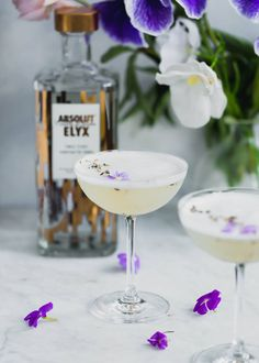 A crisp combination of lavender, coconut water, and vodka make for a seriously refreshing summer cocktail. This vodka sour is sure to be a hit! Coconut Vodka Drinks, Coconut Water Cocktail, Sour Cocktail, Lavender Drink, Lavender Cocktail, Vodka Lime, Infused Vodka, Lime Juice, Gin