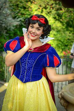 Snow White - love her updated dress! Walt Disney, Disney Magic, Disney Fairies, Disneyland Face Characters, Disney World Characters, Disney Princesses And Princes, Pocket Princesses, Snow White Pictures, Dwarf Costume