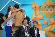 Florent Manaudou, champion olympique du 50m nage libre, dans les bras de sa soeur Laure