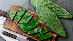 Nopal cactus is a native vegetable commonly eaten fresh in Mexico. But it's the high-fiber, high-calcium powder format that has true superfood status, says one Mexican supplier. Cactus Leaves, Cactus Plants, Nopales Recipe, Cactus Recipe, La Constipation, Prickly Pear Cactus, Eating Raw, Frittata, Vegetarian