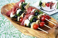 Idée de recette pour un pique-nique : brochettes de charcuteries et légumes.