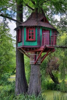 34 Fantastic Hobbit House Design Ideas With Most Beautiful Décor Pallet Tree Houses, Kid Tree Houses, Cool Tree Houses For Kids, Wooden Houses, Casa Dos Hobbits, Beautiful Tree Houses, Architecture Today, Interior Architecture, Tree House Plans