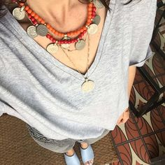 Mixing colours with this bib necklace Ethnic Chic, Boho Chic, Gypsy Style, Boho Style, Layer Style, Gypsy Jewelry, Coin Pendant, Fashion Over 50, Festival Fashion