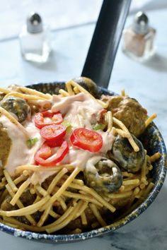 Húsgombócos-gombaszószos tészta recept - Kifőztük, online gasztromagazin Spaghetti, Ethnic Recipes, Foodie, Red Peppers, Noodle
