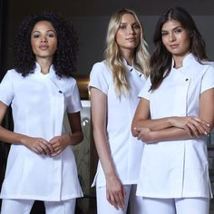 When running an aesthetic beauty clinic it's important you look good but professional at the same time. Choosing white beauty tunics is a perfect way to give a smart appearance while still looking a part of the beauty industry Home Beauty Salon, Beauty Salon Decor, Beauty Studio, Beauty Therapist Uniform, Beauty Salon Uniform Ideas, Beauty Tunics, Beauty Uniforms, Spa Uniform, Scrubs Outfit