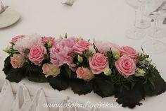 hlavní aranžmá na svatebním stole před novomanželi