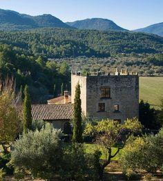 En La Torre del Visco (Fuentespalda, Teruel), rodeado de románticos jardines y finca ecológica, descubrirás la belleza y la paz que brinda el entorno natural de la comarca del Matarraña.