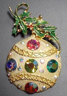 VINTAGE GOLDTONE CHRISTMAS PIN W/HOLLY & DECORATIVE BULB W/ COLORED STONES