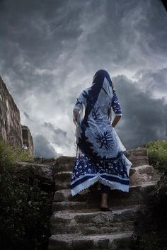 This sky, full of character, and her dress match wonderfully. Mountain the stairs to.the picture stimulates a certain curiosity. Found on G+, Roby Ketti. Cute Girl Poses, Girl Photo Poses, Cute Girls, Photography Poses Women, Indian Photography, Fashion Photography, Stylish Girl Images, Stylish Girl Pic, Sioux
