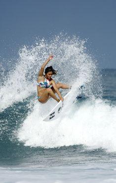 Alessa Quizon making turns on the North Shore #surfingtips