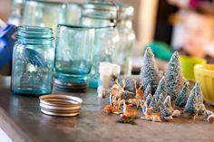 DIY Mason Jar Snow Globe For Christmas Occasion With Indeer, Pines, And Wreath. Christmas Mason Jars, Christmas Baskets, Diy Christmas Ornaments, Handmade Christmas, Holiday Crafts, Christmas Decorations, Christmas Trees, Holiday Ideas, Holiday Decor