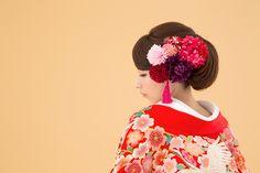 艶やかな色打掛を自分らしく着こなしたい花嫁様には洋髪スタイルが人気。色打掛のヘアスタイルは、ボリュームバランスがポイントです。