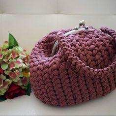 Еще фото сумки Саквояж, который связала Настя @zaitsevanastya9702 на моем мастер кклассе. Оцените, пожалуйста работу, ставьте смайки  если вам понравилось. Нужен ли видео мк по такой модели? Кстати, донышко данной модели полностью связано плетеным узором. #сумуасаквочж #myfergy #вязанаясумка #вязаныесумки #красивыесумки