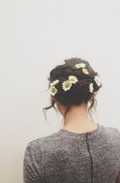 updo with daisies