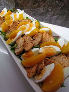 Joskus aikoinaan lempparini Hesburgerissa oli kanasalaatti, johon tuli persikkaa ja kanamunaa. Salaatti on superhelppo kotioloissakin. Curr... Different Salads, Tuli, Cobb Salad, Sausage, Grilling, Healthy Recipes, Healthy Food, Food And Drink, Veggies