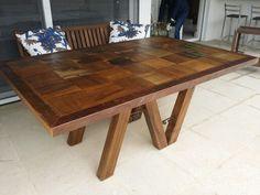 Mesa em retalho de madeira demolição
