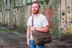 Urban Bozz mannentas: NEVADA. Stoere, praktische schoudertas van Bear Design uitgevoerd in stevig vintagelook leer. Biedt ruimte aan een 15.4 inch laptop en wordt daarnaast geleverd met een extra sleuteletui.