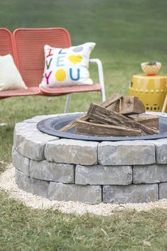DIY Fireplace Ideas - Fire Pit With Landscape Wall Stones - Do It Yourself Firepit Projects and Fireplaces for Your Yard, Patio, Porch and Home. Outdoor Fire Pit Tutorials for Backyard with Easy Step by Step Tutorials - Cool DIY Projects for Men Metal Fire Pit, Cool Fire Pits, Diy Fire Pit, Fire Pit Backyard, Fire Fire, Diy Outdoor Fireplace, Backyard Fireplace, Diy Fireplace, Fireplace Design