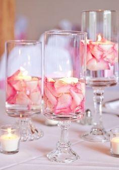 Vela flotando copa cristal petalos de rosas DIY facil barato easycheap inexpensive candle celebration wedding party table roses arrengement ++ Arreglo centro de mesa decoracion mesa banquete en copas de cristal petalos rosas de rosa y velas flotantes para boda, quince años o primera comunion facil elegante barato glamour