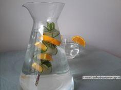 Karaffen water met specerijen, verse kruiden, fruit en/of zelfs bloemen. Nachtje in de koelkast: heerlijke, gezonde dorstlessende drankjes.