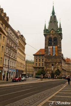 Las Fotografías de Bandera: La Torre Jindrisska en Praga Places Around The World, Around The Worlds, Prague Czech Republic, Prague Castle, Country Scenes, Central Europe, European Travel, Amazing Destinations, Places To See