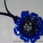 Colgante de collar con forma de flor, realizado con una botella de plástico pet Necklace pendant made with a recycled plastic bottle
