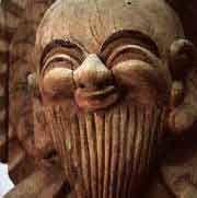 MOKUJIKI. 18ème s. Est considéré comme un moine et comme un sculpteur peu orthodoxes, artiste et religieux .  Son œuvre se caractérise par une liberté et une rudesse proche de la nature et chargée de sincérité: sortie du peuple, elle s'adresse au peuple que Mokujiki côtoie chaque jour, au cours de ses pérégrinations. Le thème du Bouddha souriant caractérise cette production, Bouddha qui devient, avec le temps, une manière d'autoportrait, taillé à même le tronc d'arbre au ciseau et à la…