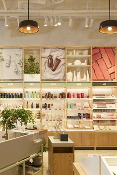 Innisfree Global Concept store Seoul designed by Mapos Architects Boutique Interior, Spa Interior Design, Clothing Store Displays, Jewelry Store Design, Store Layout, Cosmetic Shop, Retail Store Design, Store Interiors, Concept Stores