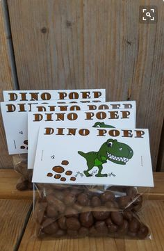 For kids who love dino& . For kids who love dino& . a tough treat! Raisins with chocolatenice (for the campsite) for young and old.Little indianBaby Ball Play. Dinosaur Party, Dinosaur Birthday, Boy Birthday, Snacks Für Party, Party Treats, Kids Birthday Treats, Die Dinos Baby, Little Presents, School Treats