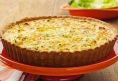 A quiche leve de cream cracker e legumes fica deliciosa e é bem prática. A massa é com biscoito e permite diversas variações de recheio. Confira a receita!