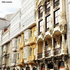 A Coruña cuenta con numerosos edificios modernistas a lo largo de la ciudad, como este de Antonio López Hernández de 1912, situado en la Plaza de Lugo y residencia vinculada a la familia del actor coruñés Fernando Casado D'Arambillet. Art Nouveau, Vernacular Architecture, Belle Epoque, Plaza, Amazing Architecture, Beautiful Homes, Spain, Europe, Exterior