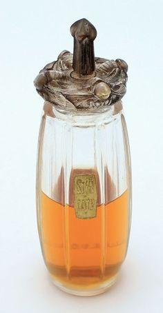 RENE LALIQUE Coty « Styx » Flacon en verre moulé pressé, patiné gris. Titré « R. Lalique ». Bouchon à décor de guêpes. Création de René Lalique. Période 1911. H : 13 cm - Faure et Associés - 30/05/2015