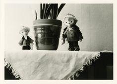 Die Tristesse von Zimmerpflanzen kann durch heitere Dekofiguren spielerisch gebrochen werden.