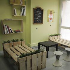 """Dans ce bureau de Budapest, d'une marque de design de mode, ils ont décidé de fournir tout cela à l'aide des palettes en bois. Vous trouverez de nombreux meubles construit """"in sit…"""