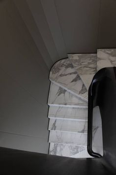 Dramatic marble stairs surrounded by simplicity. Staircase Handrail, Marble Staircase, Interior Staircase, Stairs Architecture, Modern Staircase, Stair Railing, Architecture Details, Concrete Staircase, Railing Design