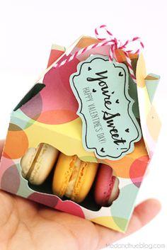 Valentine's Day Macaron Gift Box - Gift Tag #pickyourplum #bakerstwine