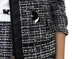 Quem disse que Tweed não é moderno? A blogueira Flávia Desgranges, do Fashion Coolture, tira a prova vestindo Karl Lagerfeld. - Visite Riachuelo.com.br