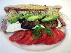 Sandwich bajo en calorias con pan de cereales, hongo portobello, jamon de pechuga de pavo, panela, aguacate y alfalfa