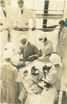 I love old pictures like this! THE OPERATION His two thousandth operation for verified intracranial tumor, April 1931 Vintage Nurse, Vintage Medical, Tumor Cerebral, Old Hospital, Med School, Old Pictures, Historical Photos, Art History, Anatomy