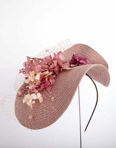How do you make the straw fold like that? Flapper Headpiece, Fascinator Hats, Fascinators, Headdress, Headpieces, Ascot, Kentucky Derby Hats, Blush Pink Weddings, Millinery Hats