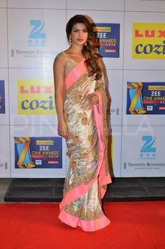 Priyanka Chopra at Zee Cine Awards : This look is a little too colorful and shiny. Priyanka is wearing a Jade saree which I'm not a fan of + I don't like her hairstyle and that green bindi is looking out of place. Bollywood Designer Sarees, Bollywood Saree, Bollywood Fashion, Priyanka Chopra Wedding, Priyanka Chopra Hot, Black Net Saree, White Saree, Indian Dresses, Indian Outfits