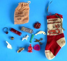VINTAGE CHRISTMAS MINIATURE STOCKING WITH 12 SMALL TOYS CRACKER JACK L@@K