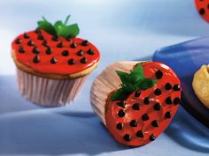 Enjoy these delicious strawberry-shaped cupcakes made in a decorative way using cake mix, frosting and fruit snacks--perfect for an anytime dessert. Strawberry Cupcakes, Yummy Cupcakes, Strawberry Recipes, Strawberry Shortcake, Strawberry Frosting, Cookie Monster Cupcakes, Cupcake Cookies, Cupcake Art, Cupcake Towers