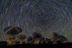 """Un rayo de luz que llega a la tierra desde un lejano cuásar atraviesa numerosas nubes intermedias de gas presentes en las galaxias y en el espacio intergaláctico. Estas nubes de hidrógeno primigenio extraen determinados colores del rayo. El """"espectro de absorción"""" resultante, registrado por el Espectrógrafo de Imágenes del Telescopio Espacial Hubble (STIS), se utiliza para establecer la distancia y la composición química de esas nubes invisibles. En la imagen, la emisión del carbono ionizado…"""