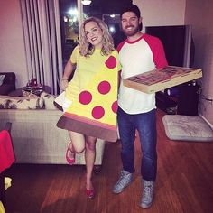 pareja disfrazada de rebanada de pizza y repartidor