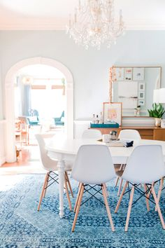 There is so much I love about this Houston, Texas home designed by Barbara Town of Town Lifestyle + Design, a San Antonio-based design firm specializing in combining traditional pieces with clean and