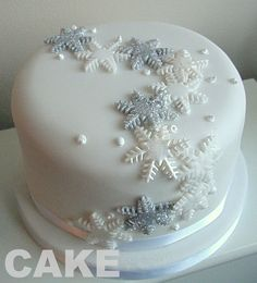 Snowflake Christmas cake - easy to copy! Mini Christmas Cakes, Christmas Cake Designs, Christmas Cake Decorations, Holiday Cakes, Christmas Desserts, Christmas Treats, White Christmas, Cupcakes Fondant, Cupcake Cakes